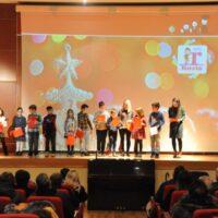 Οι μικροί μαθητές του Rozis Junior School τραγουδούν Κάλαντα στην Αγγλική Γλώσσα.